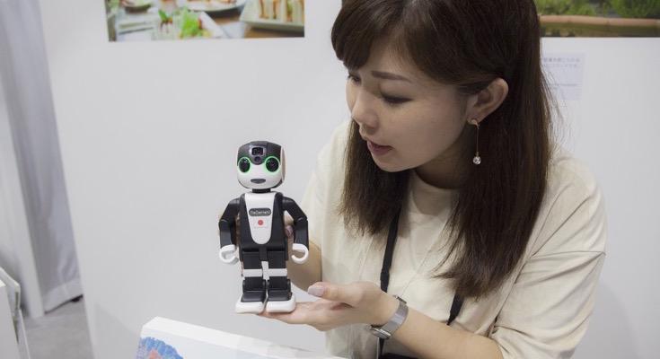 【CEATEC JAPAN 2016 レポートvol.3】英語・中国語を話すロボホンを発見! 外国人向けに道案内
