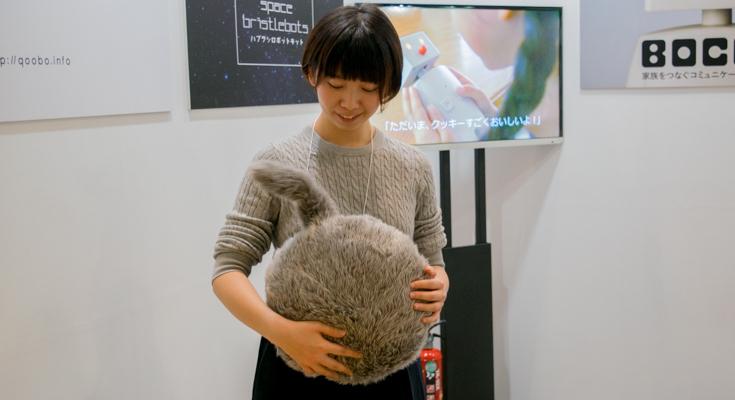 ユカイ工学の「猫のようなしっぽ」を持つクッション型ロボット「Qoobo(クーボ)」実機レビュー【CEATEC JAPAN 2017】