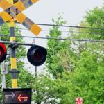 踏切事故は年間240件超 AIが踏切内の人を検知して運転士へ通知、事故を防ぐ オプテージが山陽電車らと実証実験