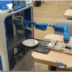 スマイルロボティクスがついに全自動下膳ロボット「ACUR-C」発表&動画公開 ロボットアームでトレーを自動回収 下膳の無人化へ