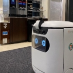 セブンイレブンがエレベーターと連携した自律走行ロボットで複数フロアへ配達実験 ソフトバンクと三菱電機らが協力